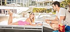 Casal relaxando perto da piscina