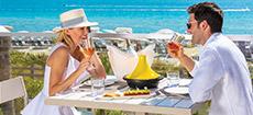 Asientos al aire libre en restaurante con vista al mar