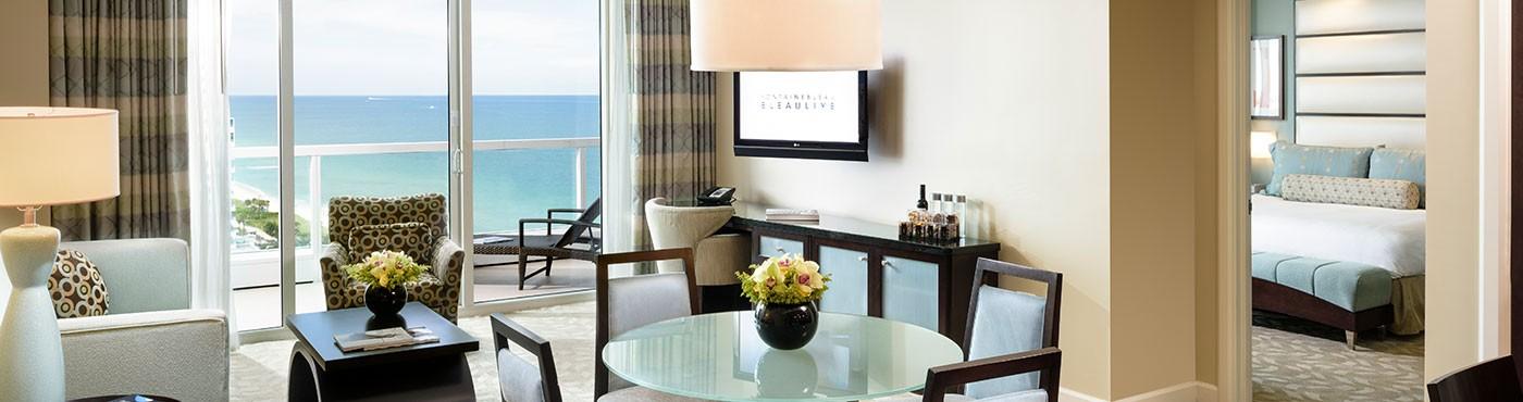 Sala de estar con vista de la suite en Miami Beach