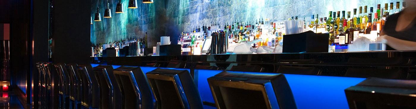 Barra de restaurante en Miami Beach con luces azules